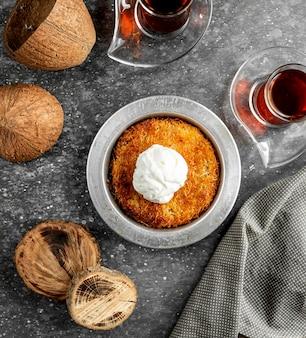 Vue de dessus du dessert turc kunefe avec crème glacée sur le dessus