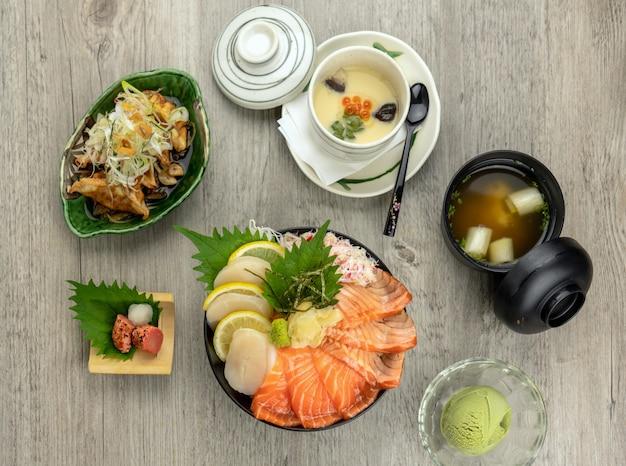 Vue de dessus du don de samon sertie de riz, de ruisseau d'œufs, de soupe et de glace