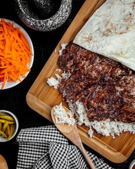 Vue de dessus du doner de kebab d'agneau placé sur du riz