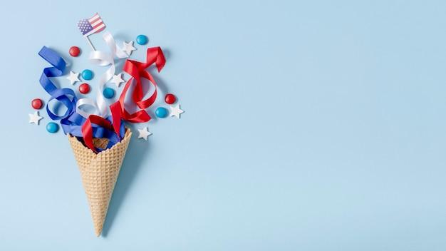 Vue de dessus du drapeau américain et des confettis avec copie-espace