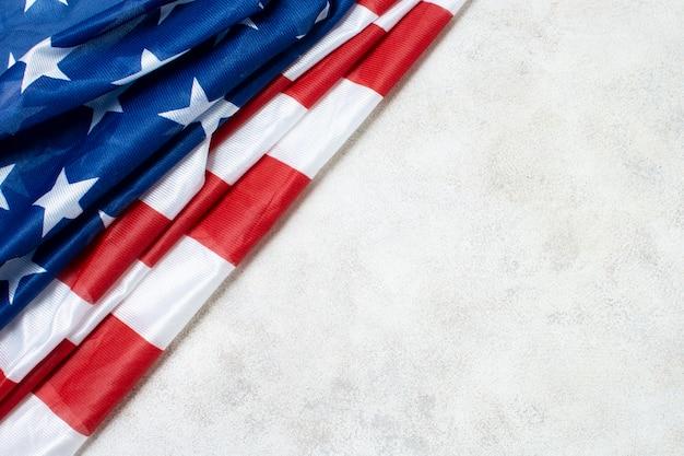 Vue de dessus du drapeau américain froissé avec copie-espace