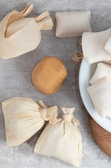 Vue de dessus du dulce de leche brésilien dans une paille (doce de leite na palha).