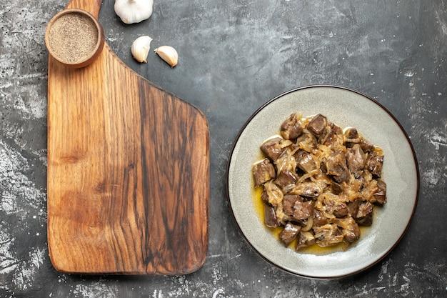 Vue de dessus du foie et de l'oignon cuits sur une assiette