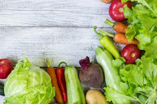 Vue de dessus du fond d'aliments sains avec espace de copie. concept d'alimentation saine avec des légumes frais et des ingrédients pour la cuisine.