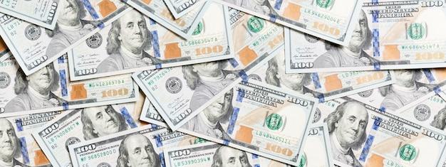 Vue de dessus du fond de l'argent américain. pile d'argent en dollars. notion de billets en papier.