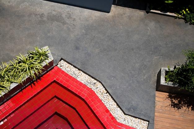 Vue de dessus du fond de l'eau de piscine avec une texture rouge et verte.