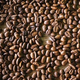 Vue de dessus du fond de grains de café torréfiés