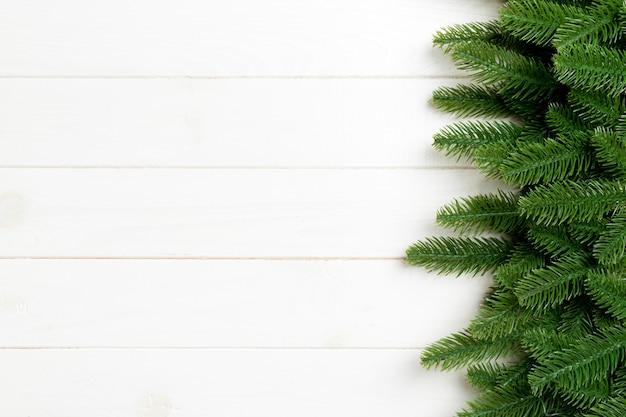 Vue de dessus du fond de noël fait de branches de sapin. concept de nouvel an avec espace de copie sur fond en bois