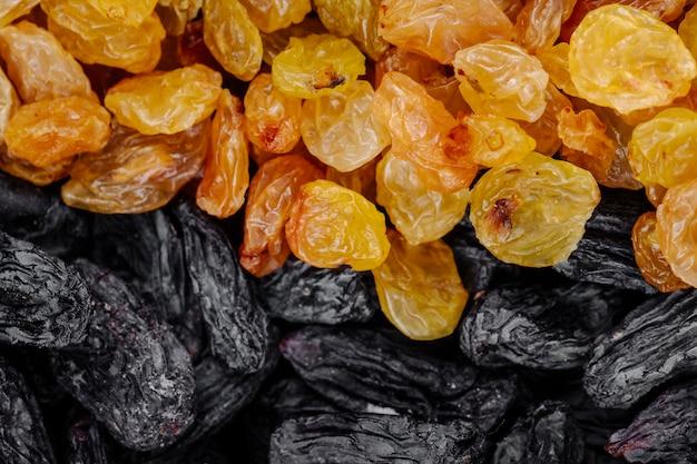 Vue de dessus du fond de raisins secs noirs et jaunes