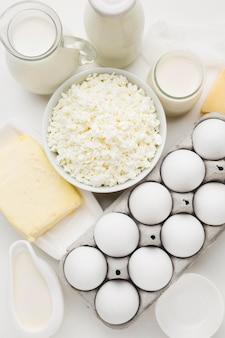 Vue de dessus du fromage cottage avec des œufs et du lait