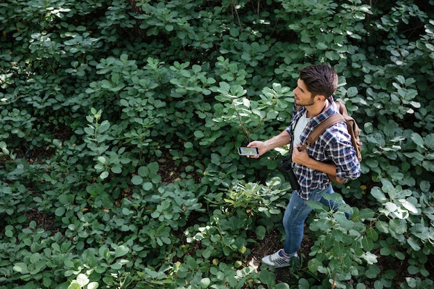 Vue de dessus du gars en forêt