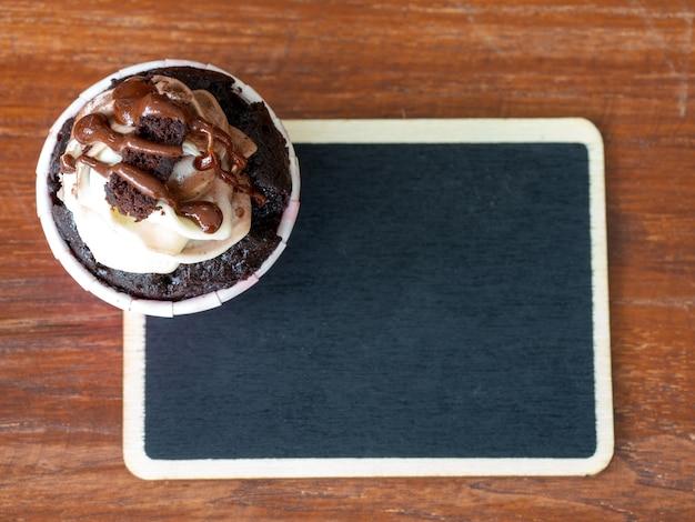 Vue de dessus du gâteau au chocolat et du tableau noir