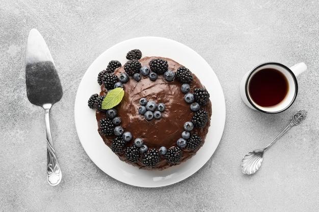 Vue de dessus du gâteau au chocolat avec des myrtilles et une spatule