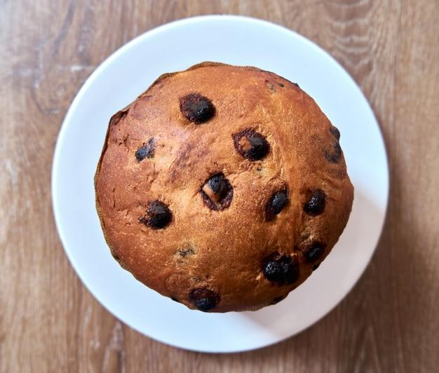 Vue de dessus du gâteau au chocolat de noël panettone sur fond de bois.