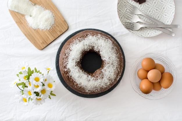 Vue de dessus du gâteau au chocolat et à la noix de coco