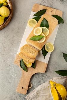 Vue de dessus du gâteau au citron avec des feuilles