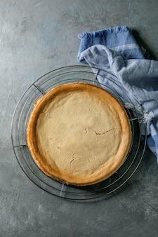 Vue de dessus du gâteau au fromage sur une plaque transparente