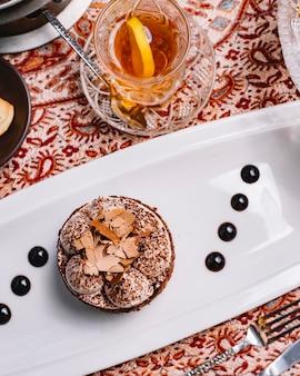 Vue de dessus du gâteau de cacao en couches avec de la crème blanche et des morceaux de chocolat