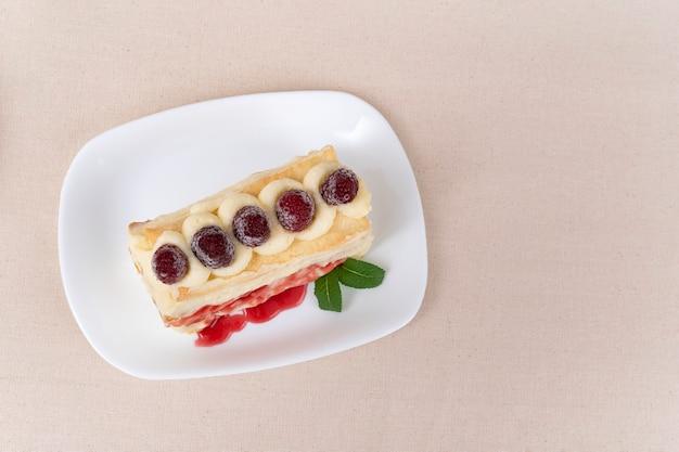 Vue de dessus du gâteau à la crème à la vanille et aux baies