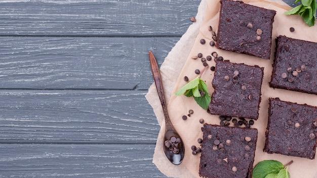 Vue de dessus du gâteau avec une cuillère et un espace de copie