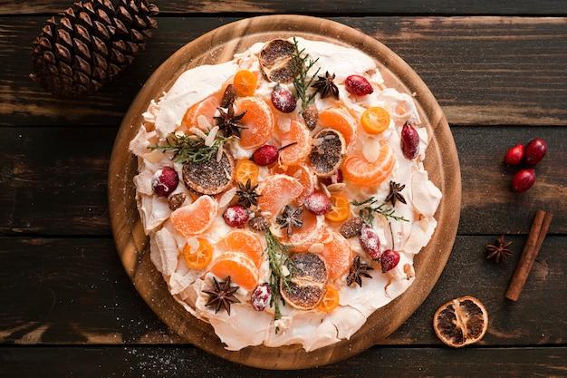 Vue de dessus du gâteau de meringue aux agrumes séchés et à la cannelle
