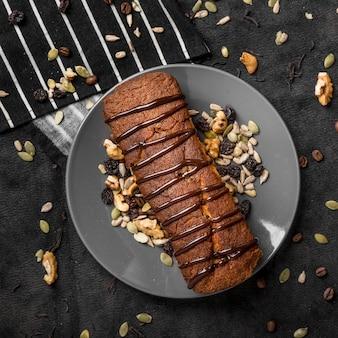 Vue de dessus du gâteau sur une plaque avec des noix