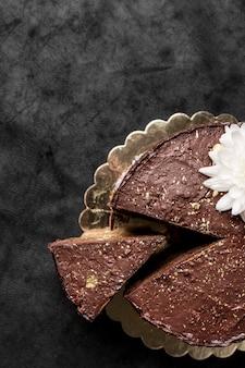 Vue de dessus du gâteau avec tranche et espace copie