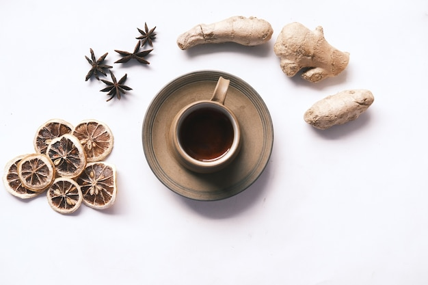 Vue de dessus du gingembre citron sec et du thé vert sur fond blanc