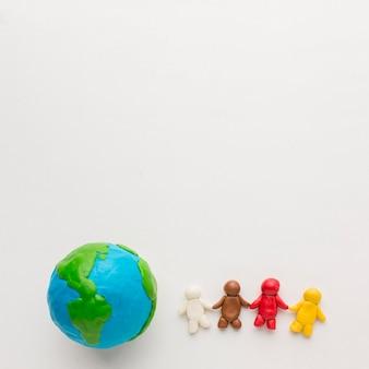 Vue de dessus du globe en pâte à modeler et des personnes avec espace de copie