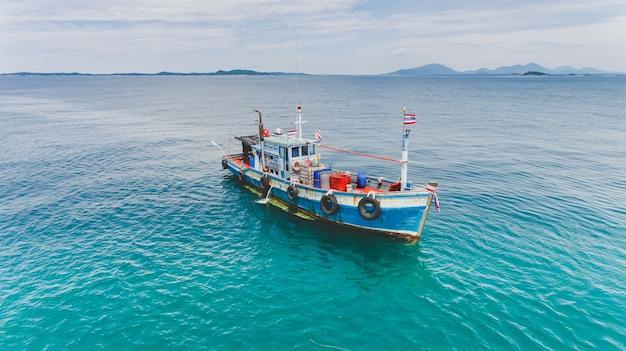 Vue de dessus du groupe de ciel de bateau de pêche en bois.