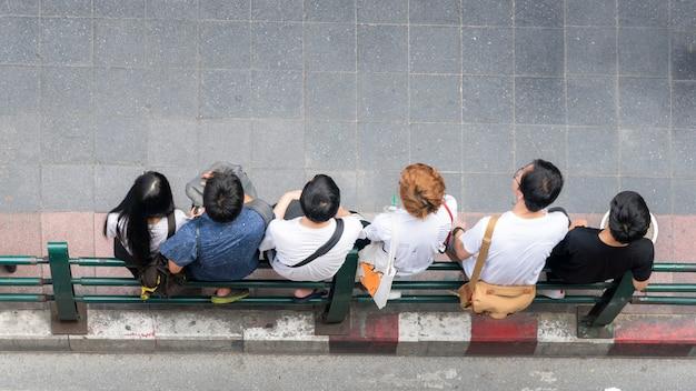 Vue de dessus du groupe de jeunes se tient à l'extérieur de la rue piétonne à pied