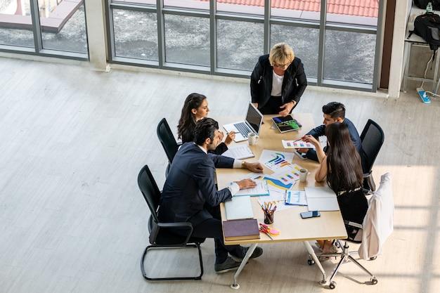 Vue de dessus du groupe de personnes occupées multiethniques travaillant dans un bureau