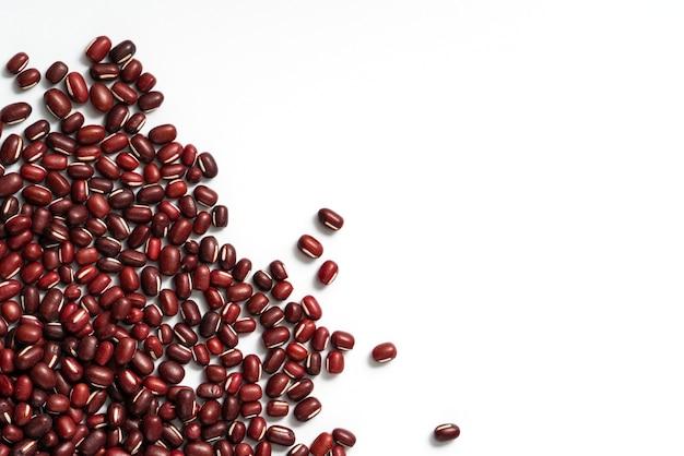 Vue de dessus du haricot rouge adzuki cru isolé sur fond de tableau blanc