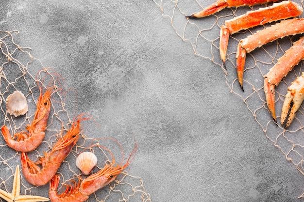 Vue de dessus du homard et des crevettes pêchés dans une résille