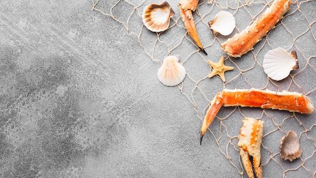Vue de dessus du homard et des palourdes en résille