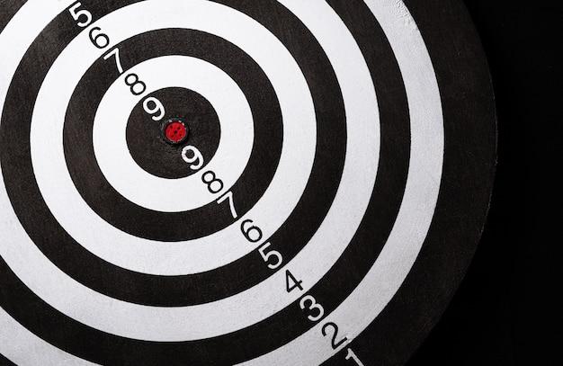 Vue de dessus du jeu de fléchettes cible, succès, croissance et concept gagnant.