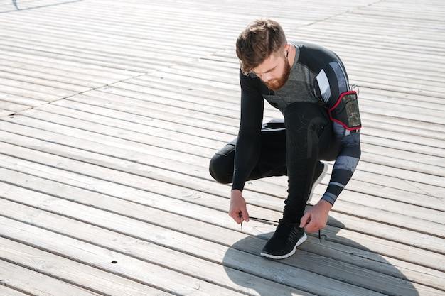 Vue de dessus du jeune coureur préparant la mer.
