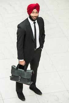 Vue de dessus du jeune homme d'affaires indien au turban rouge.