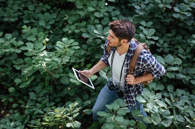 Vue de dessus du jeune homme en forêt