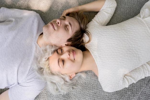 Vue de dessus du joli couple de détente à l'extérieur sur une couverture