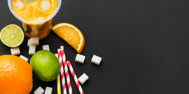 Vue de dessus du jus de fruits dans des tasses avec des pailles