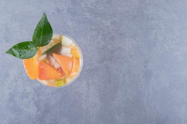 Vue de dessus du jus mélangé frais avec des fruits.