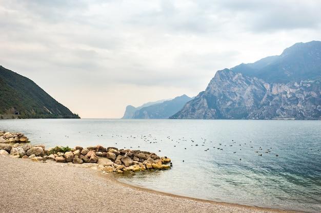 Vue de dessus du lac lago di garda b paysage alpin. italie.