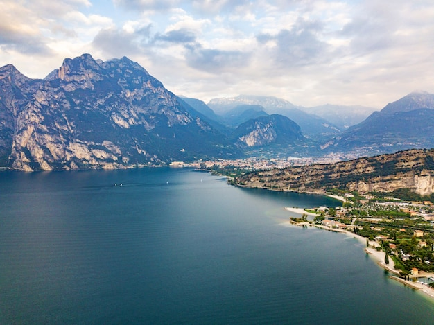 Vue de dessus du lac lago di garda et du village de torbole, paysage alpin. italie.