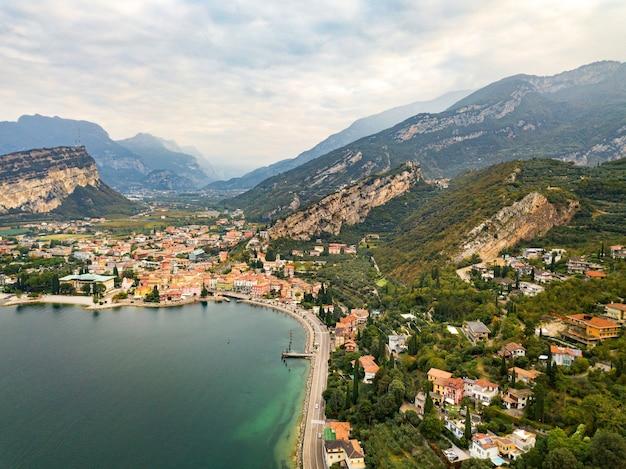 Vue de dessus du lac lago di garda et du village de torbole, paysage alpin