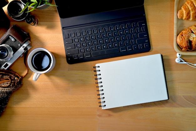 Vue de dessus du lieu de travail en bois du photographe et de l'espace de copie