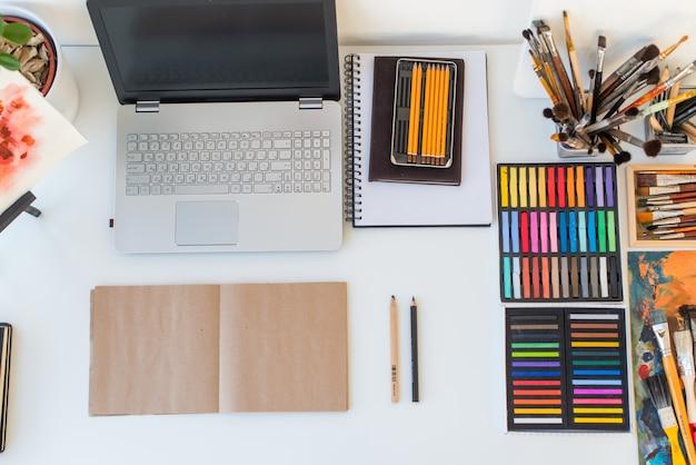 Vue de dessus du lieu de travail designer. bureau de peintre avec équipement de dessin. home studio pour artiste.