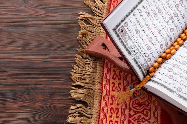 Vue de dessus du livre coran islamique