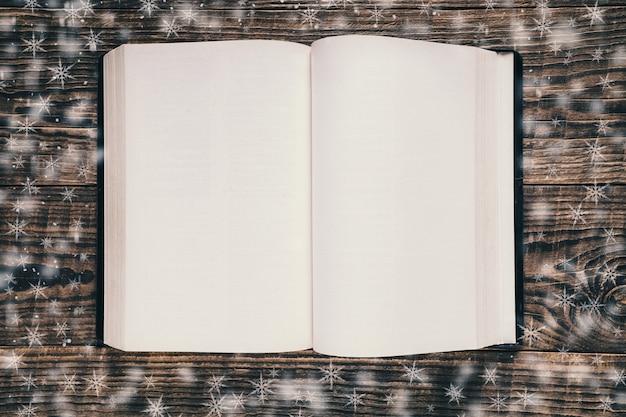 Vue de dessus du livre ouvert vide pendant qu'il neige