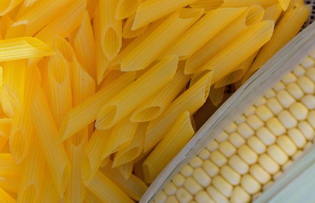 Vue de dessus sur du maïs frais dans des penne sans gluten